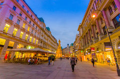 维也纳,奥地利- 2015年8月11日, :走在Singerstrasse和Graben地区附近当晚上光持续,非常迷人 免版税库存照片