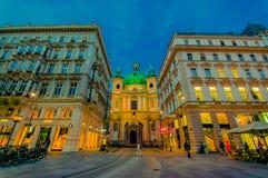 维也纳,奥地利- 2015年8月11日, :走在Singerstrasse和Graben地区附近当晚上光持续,非常迷人 库存图片