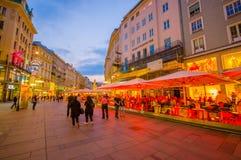 维也纳,奥地利- 2015年8月11日, :走在Singerstrasse和Graben地区附近当晚上光持续,非常迷人 免版税库存图片
