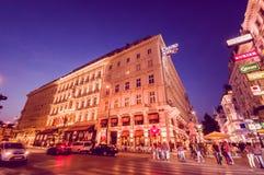 维也纳,奥地利- 2015年8月11日, :走在Singerstrasse地区附近作为晚上持续,美好的门面建筑学 图库摄影