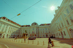 维也纳,奥地利- 2015年8月11日, :走在Singerstrasse Graben地区附近,与fanstastic门面的美好的晴天 免版税库存图片