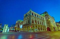 维也纳,奥地利- 2015年8月11日, :走的aroundSingerstrasse区域作为晚上持续,美好的门面建筑学 库存照片