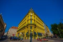维也纳,奥地利- 2015年8月11日, :走的aroundSingerstrasse Graben地区,与fanstastic门面的美好的晴天 免版税库存图片