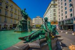 维也纳,奥地利- 2015年8月11日, :非常精密喷泉用雕象和美丽的绿色水找出市内贫民区, Graben 图库摄影