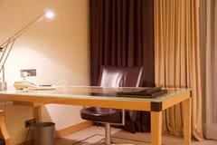 维也纳,奥地利- 2017年4月28日, :紧凑现代办公室内部在有一张运转的书桌的豪华五个星旅馆里 免版税库存图片