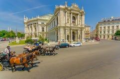 维也纳,奥地利- 2015年8月11日, :Burgtheater大厦如被看见从街道,惊人的建筑学细节,雕象装饰 图库摄影