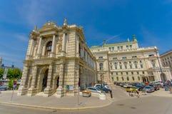 维也纳,奥地利- 2015年8月11日, :Burgtheater大厦如被看见从街道,惊人的建筑学细节,雕象装饰 免版税库存照片