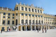维也纳,奥地利- 2017年4月30日, :Schoenbrunn宫殿,前皇家夏天住所门面,被修造和被改造 免版税库存照片
