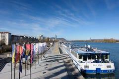 维也纳,奥地利- 2015年11月14日:与渡轮的多瑙河视图在维也纳 库存图片