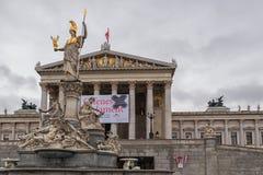 维也纳,奥地利- 2016年10月06日:与雕象的奥地利议会大厦 图库摄影