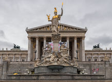维也纳,奥地利- 2016年10月06日:与雕象的奥地利议会大厦 免版税库存图片