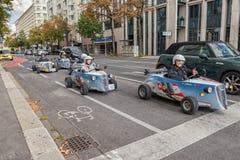 维也纳,奥地利- 2016年10月09日:交通在有滑稽的车的维也纳 奥地利 免版税库存照片