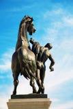 维也纳,奥地利- 2009年5月5日:人铜雕塑有horese的在J的议会前面 松驰1897 - 1900年 免版税库存照片