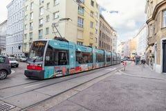 维也纳,奥地利- 2016年10月09日:公共交通工具在维也纳,奥地利 电车和火车 免版税库存图片