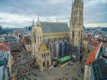 维也纳,奥地利- 2016年10月08日:圣斯蒂芬` s大教堂在维也纳,奥地利 屋顶和都市风景在背景中 免版税库存照片