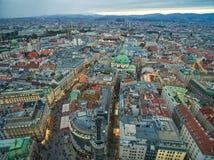 维也纳,奥地利- 2016年10月08日:圣斯蒂芬` s大教堂在维也纳,奥地利 屋顶和都市风景在背景中 库存照片