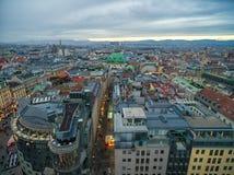 维也纳,奥地利- 2016年10月08日:圣斯蒂芬` s大教堂在维也纳,奥地利 屋顶和都市风景在背景中 免版税库存图片