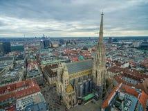 维也纳,奥地利- 2016年10月08日:圣斯蒂芬` s大教堂在维也纳,奥地利 屋顶和都市风景在背景中 图库摄影