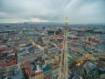维也纳,奥地利- 2016年10月08日:圣斯蒂芬` s大教堂在维也纳,奥地利 屋顶和都市风景在背景中 免版税图库摄影