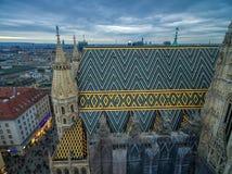 维也纳,奥地利- 2016年10月08日:圣斯蒂芬` s大教堂在维也纳,奥地利 屋顶和都市风景在背景中 库存图片