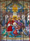 维也纳,奥地利- 2016年12月19日:圣母玛丽亚的加冕教会Mariahilfer Kirche彩色玻璃的  库存图片