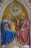 维也纳,奥地利- 2016年12月19日:圣母玛丽亚的被雕刻的加冕在教会Brigitta Kirche里 库存图片