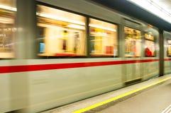 维也纳,奥地利- 2016年4月23日:在Karlspl的移动的地铁 库存照片