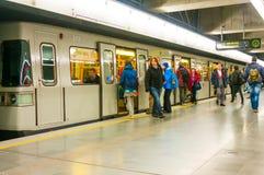 维也纳,奥地利- 2015年10月16日:地铁和乘客 免版税图库摄影