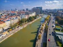 维也纳,奥地利- 2016年10月07日:多瑙河在维也纳,奥地利 轮渡,都市风景在背景中 图库摄影