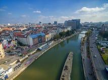 维也纳,奥地利- 2016年10月07日:多瑙河在维也纳,奥地利 轮渡,都市风景在背景中 免版税图库摄影
