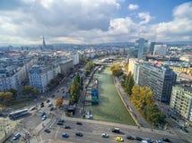 维也纳,奥地利- 2016年10月07日:多瑙河在维也纳,奥地利 轮渡,都市风景在背景中 免版税库存照片