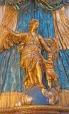维也纳,奥地利- 2016年12月19日:天使Raphael多彩被雕刻的雕象在教会由未知的艺术的Mariahilfer Kirche里 免版税库存照片