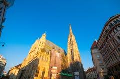 维也纳,奥地利- 2015年10月12日:太阳的St斯蒂芬大教堂 免版税库存图片