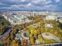 维也纳,奥地利- 2016年10月07日:奥地利议会大厦, Volksgarten, Burgtheater, Rathaus 最普遍的地方竞争 免版税库存照片