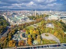 维也纳,奥地利- 2016年10月07日:奥地利议会大厦, Volksgarten, Burgtheater, Rathaus 最普遍的地方竞争 库存图片