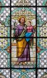 维也纳,奥地利- 2016年12月19日:教会Mariahilfer Kirche彩色玻璃的圣约瑟夫  免版税库存照片