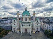 维也纳,奥地利- 2016年10月05日:有多云天空的维也纳Karlskirche教会 免版税库存照片