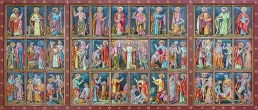 维也纳,奥地利- 2016年12月19日:有新约场面的陶瓷旁边法坛在教会Brigitta Kirche里 免版税库存图片