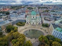维也纳,奥地利- 2016年10月05日:有Resselpark公园和多云天空的维也纳Karlskirche教会 免版税图库摄影
