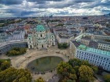 维也纳,奥地利- 2016年10月05日:有Resselpark公园和多云天空的维也纳Karlskirche教会 免版税库存照片