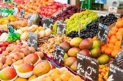 维也纳,奥地利- 2016年4月22日:果子摊位在市场Naschm上 库存图片