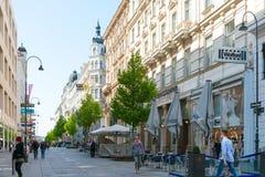 维也纳,奥地利7月3日:游人徒步Graben街在Vienn 免版税库存图片
