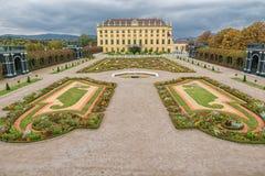 维也纳,奥地利- 2016年10月08日:美泉宫和庭院在有公园和花装饰的维也纳 观光的对象  库存图片