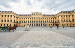 维也纳,奥地利- 2016年10月08日:美泉宫和庭院在有公园和花装饰的维也纳 观光的对象  免版税库存照片