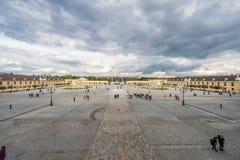 维也纳,奥地利- 2016年10月08日:美泉宫和庭院在有公园和花装饰的维也纳 观光的对象  免版税图库摄影
