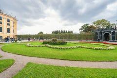 维也纳,奥地利- 2016年10月08日:美泉宫和庭院在有公园和花装饰的维也纳 观光的对象  图库摄影