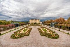 维也纳,奥地利- 2016年10月08日:美泉宫和庭院在有公园和花装饰的维也纳 观光的对象  库存照片