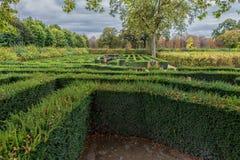维也纳,奥地利- 2016年10月08日:美泉宫和庭院在有公园的维也纳 观光的对象在维也纳,奥地利 Labyr 库存图片