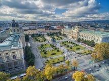 维也纳,奥地利- 2016年10月07日:自然历史和玛丽亚Theresien普拉茨博物馆  大广场在维也纳,奥地利 免版税库存照片