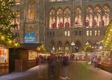 维也纳,奥地利- 2014年12月19日:镇大厅或Rathaus和圣诞节市场在Rathausplatz摆正 免版税库存照片
